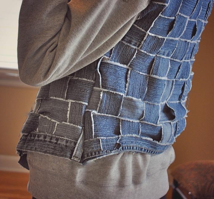 veste en jean cstomisee une veste sans manches cree a partir des bandeaux de denim avec un pull gris