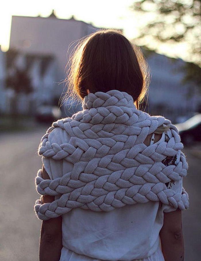 vetement customiser une femme avec tee shirt blanche et une echarpe de grandes tresses diy vetement