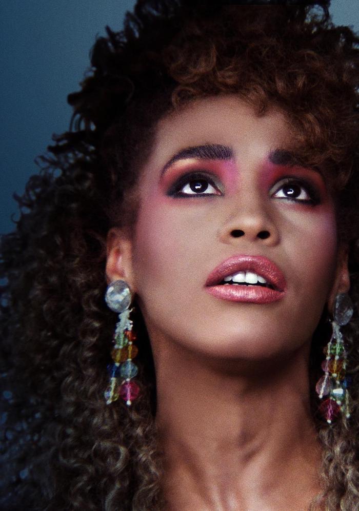 whitney houston inspiration des années 80 maquillage rose et des penduels oreilles longues