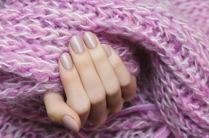 écharpe en crochet violet ongle en gel nude manucure ongles courts finition brillante ou mate mains hiver soins