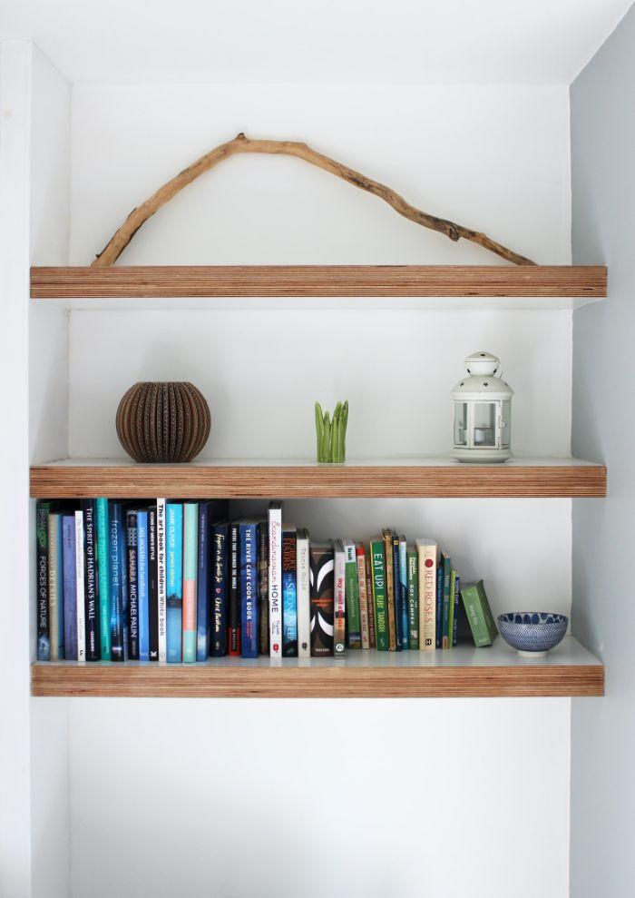 étagère bibliothèque idée de simples étagères installées dans une alcôve entre deux murs