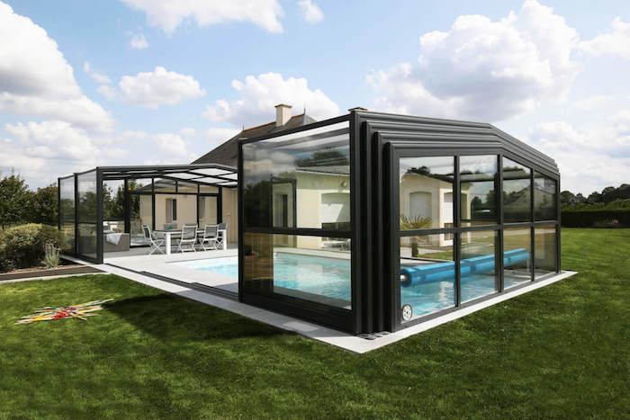 abri de piscine haute dans un jardin vaste pres de la maison