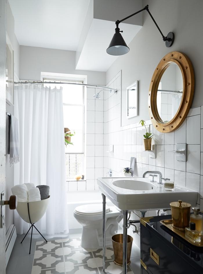 aménagement petite salle de bain 2m peinture murale blanche applique murale noir mat miroir cadre bois rond