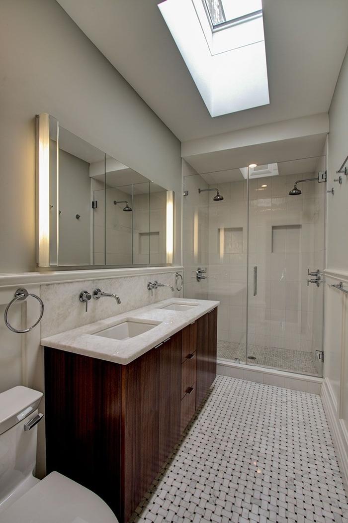 aménager une petite salle de bain style meuble sous évier bois foncé comptoir marbre miroir fenêtre plafond