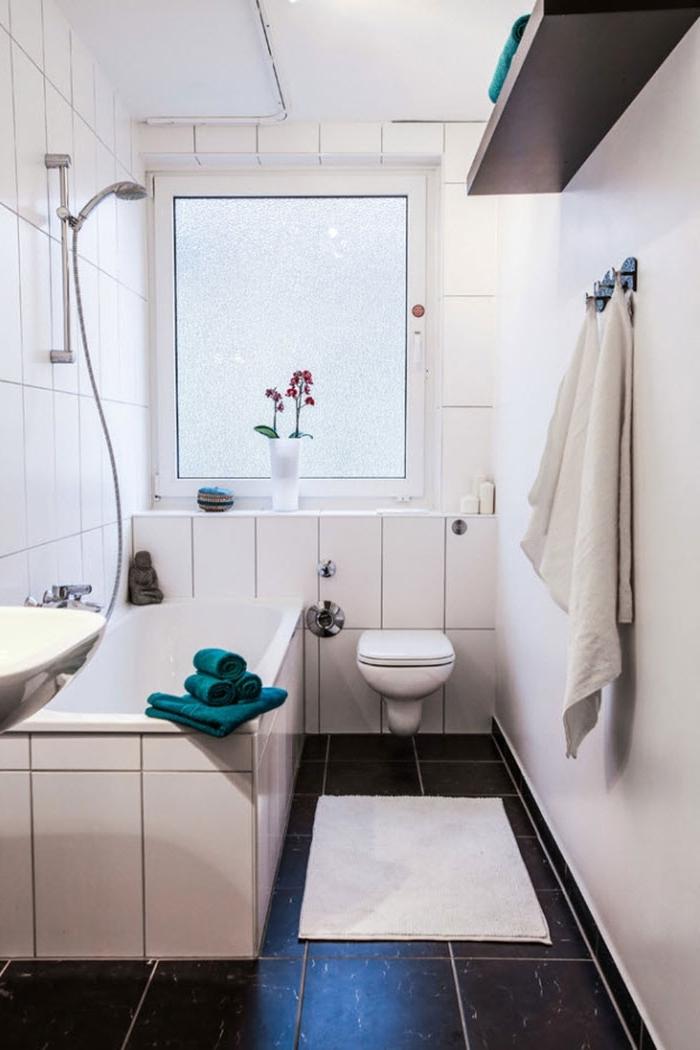 amenagement petite salle de bain 4m2 design intérieur minimaliste carrelage blanc étagère bois foncé