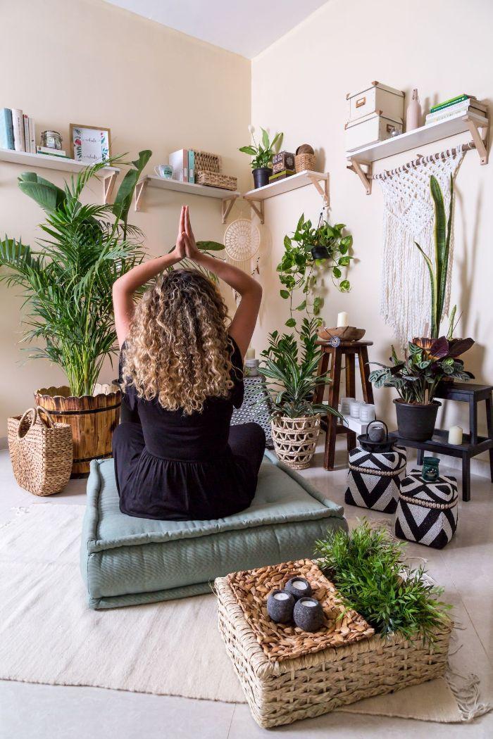 amenager coin meditation abec plantes macramé accents boheme chic bougies et pratiquer la meditation activité confinement