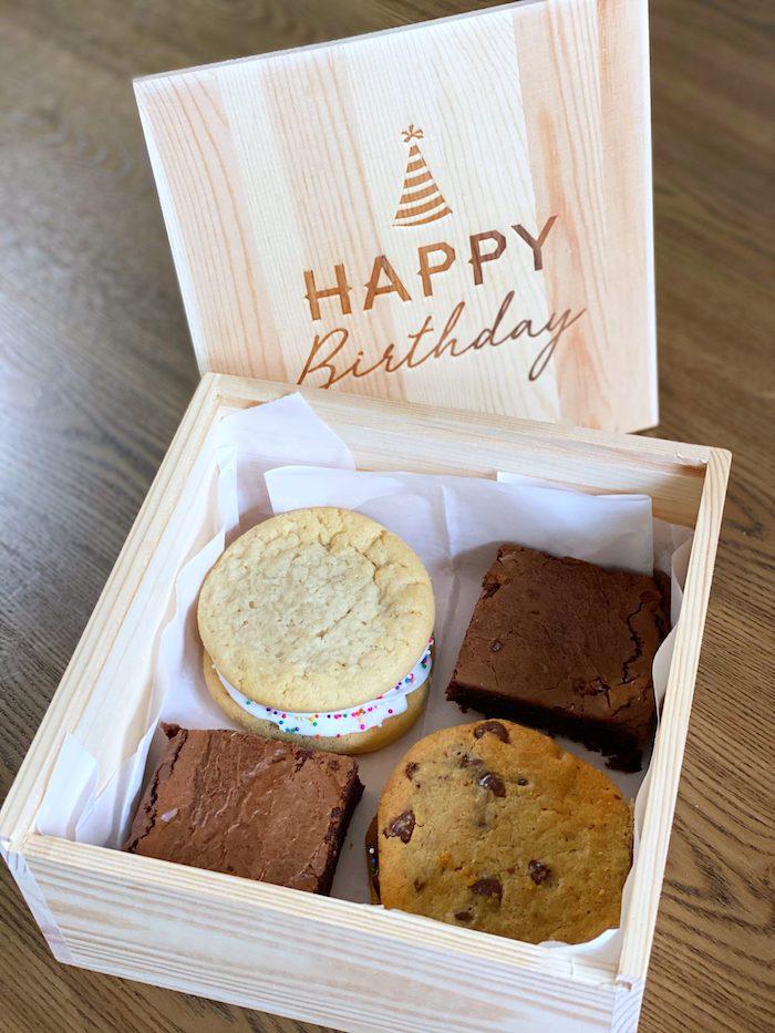 anniversaire en confinement offrir une boite aux pattiserries un cadeau ideale boite en bois avec des petits gateaux