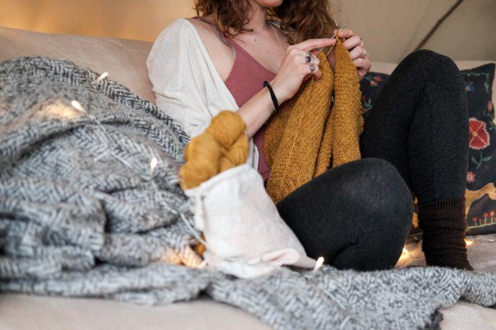 apprendre à tricoter et tricoter son propre pull idée activité manuelle adulte loisir créatif adulte pour l hiver