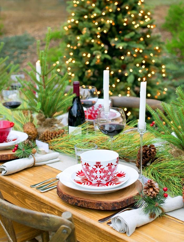 arbre de noel extérieur déco guirlande lumineuse les plus belles tables de noel table bois rondelle bol motifs rouges