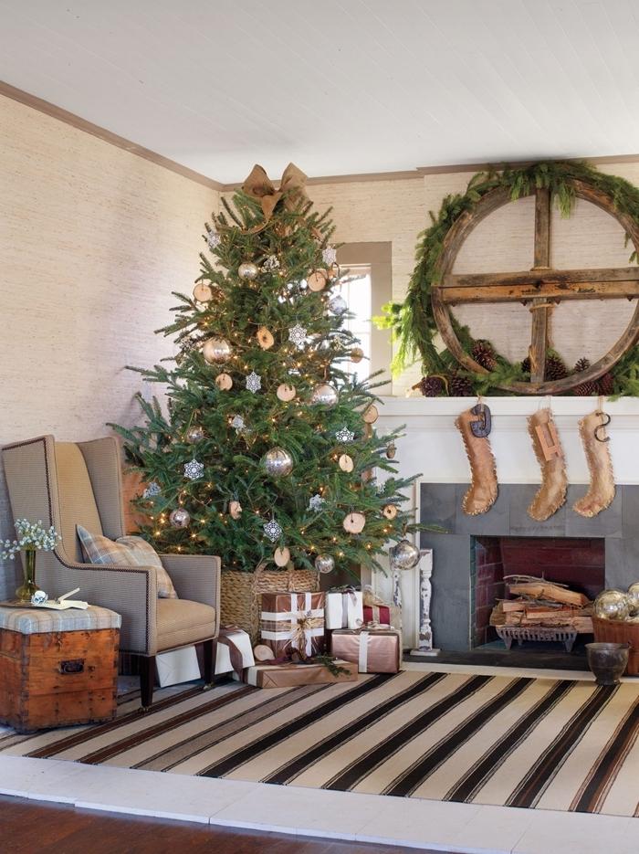 arbre de noel ornements argent couronn de noel bois récup branches de sapin décoration de noel à fabriquer en bois