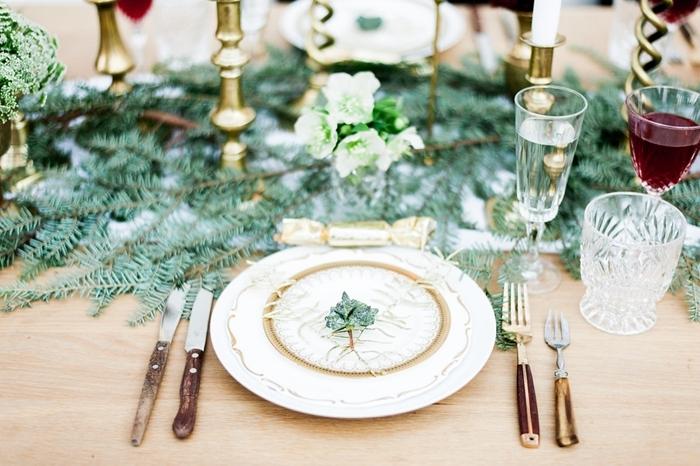 assiette blanc et or branches vertes décoration de table de noël verres couvercles bois bougeoirs or table bois