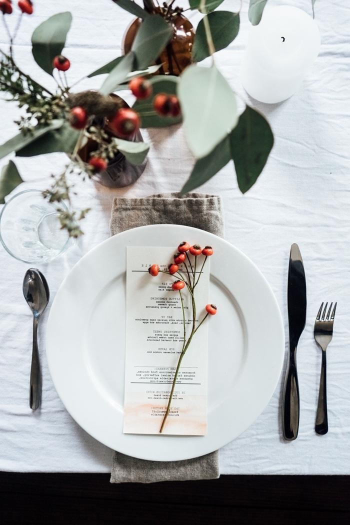 assiette blanche couvercles argent decoration table de noel rouge et blanc verres nappe banche verdure table bougie