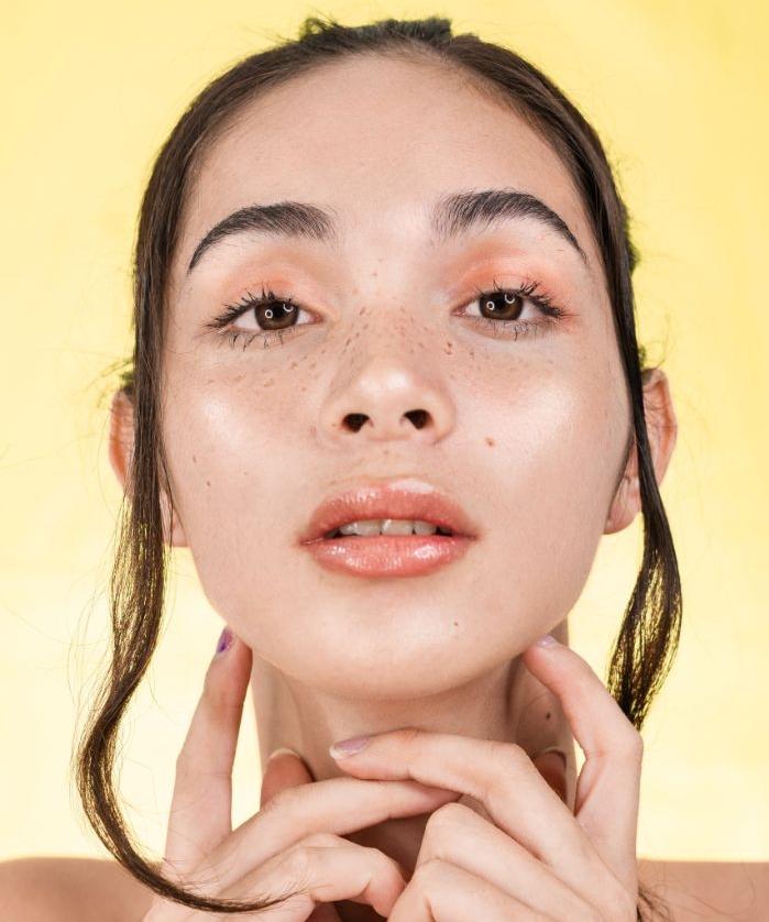 avoir la peau rayonnante idée peau glossy maquillage tendance 2020 2021 idée originale comment se maquiller