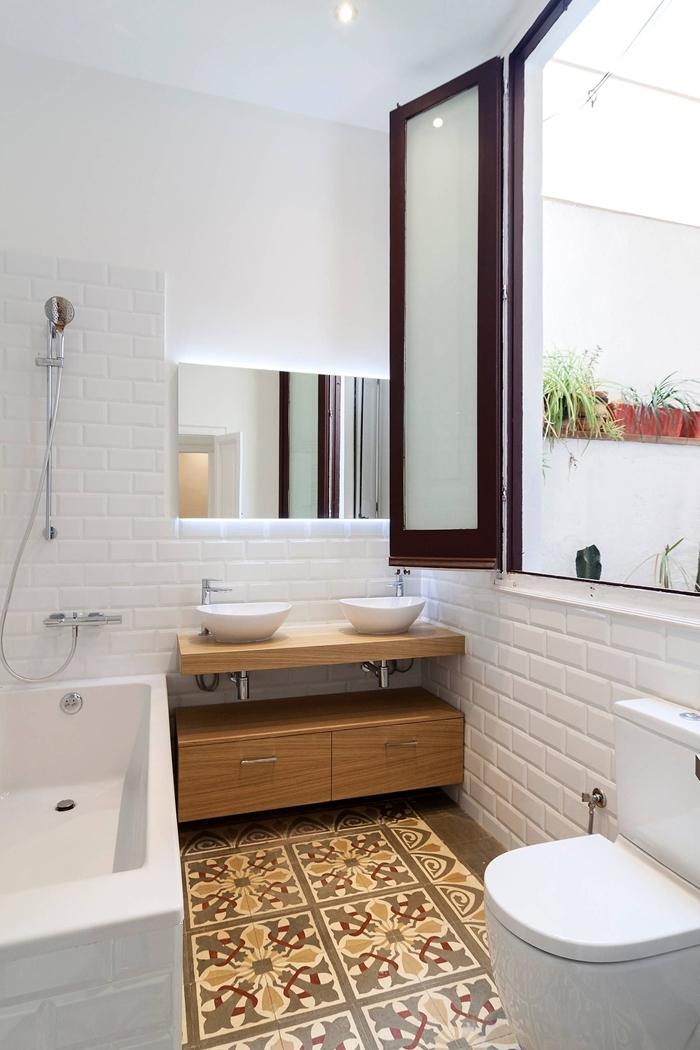 baignoire blanche carrelage briques blanches accentx inox amenager une petite salle de bain double vasque