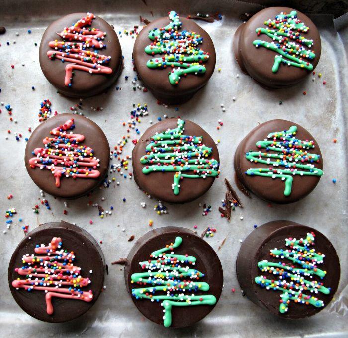 biscuit oreo avec couverture chocolat au lait et dessin sapin de noelau chocolat blanc coloré recette de noel facile