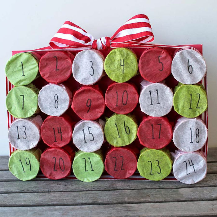 boites fermées de papier couleur vert blanch et rouge dans boite à chaussures décoré de noeud rouge et blanc calendrier de l avent a fabriquer original