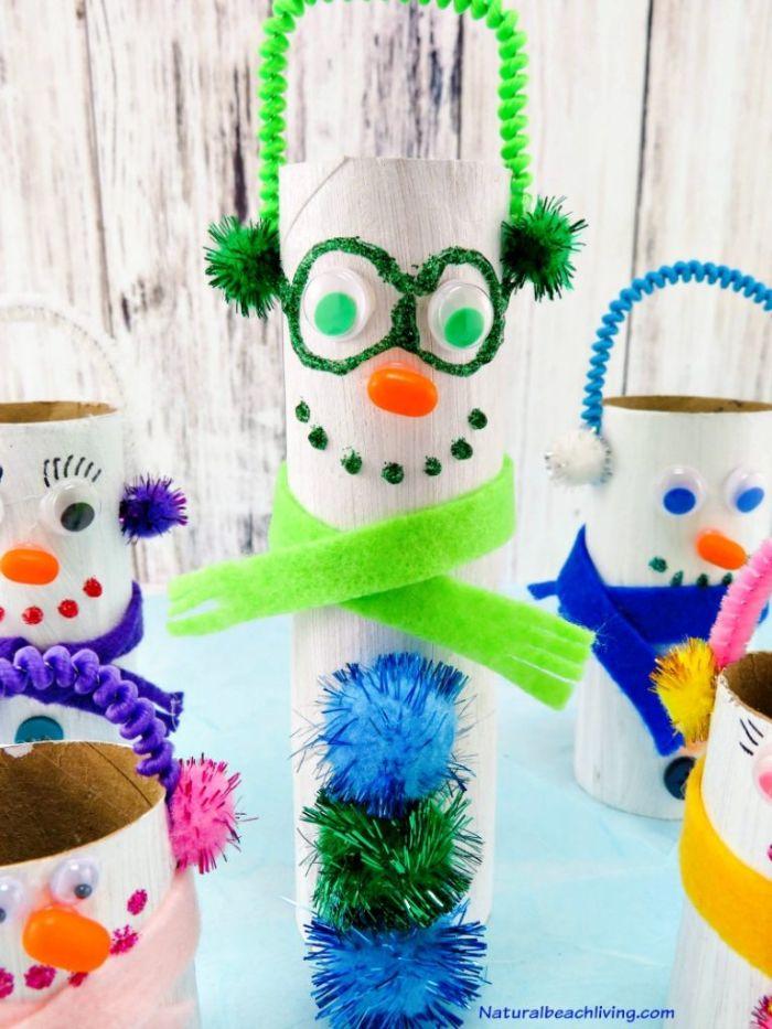 bonhomme de neige en roouleau de papier toilette recyclé décoré de pompons colorés ecure pipre bande feutrine