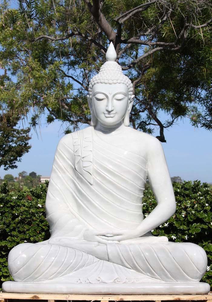 bouddha de meditation une statue dans la foret avec des mains croises