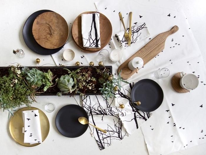 bougies blanches idee deco table noel assiette ronde noir mat couvercle or centre table noir succulents
