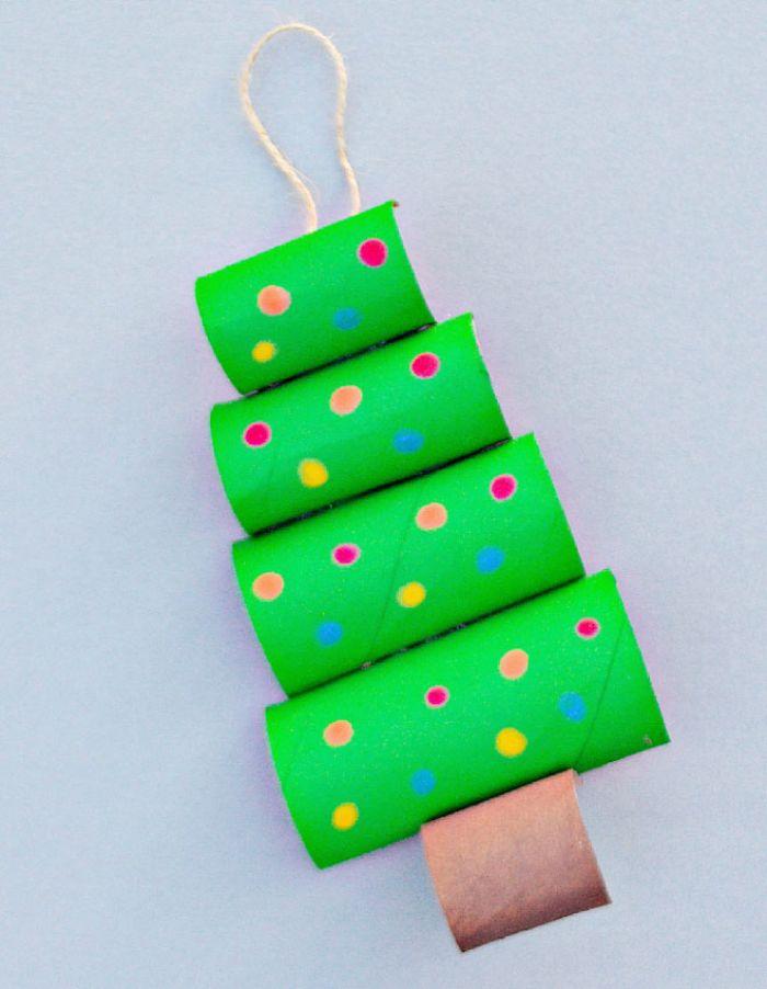 bricolage de noel maternelle avec des rouleaux de ppaier toilette repeints de vert décorés de pois colorés en guise de boule de noel