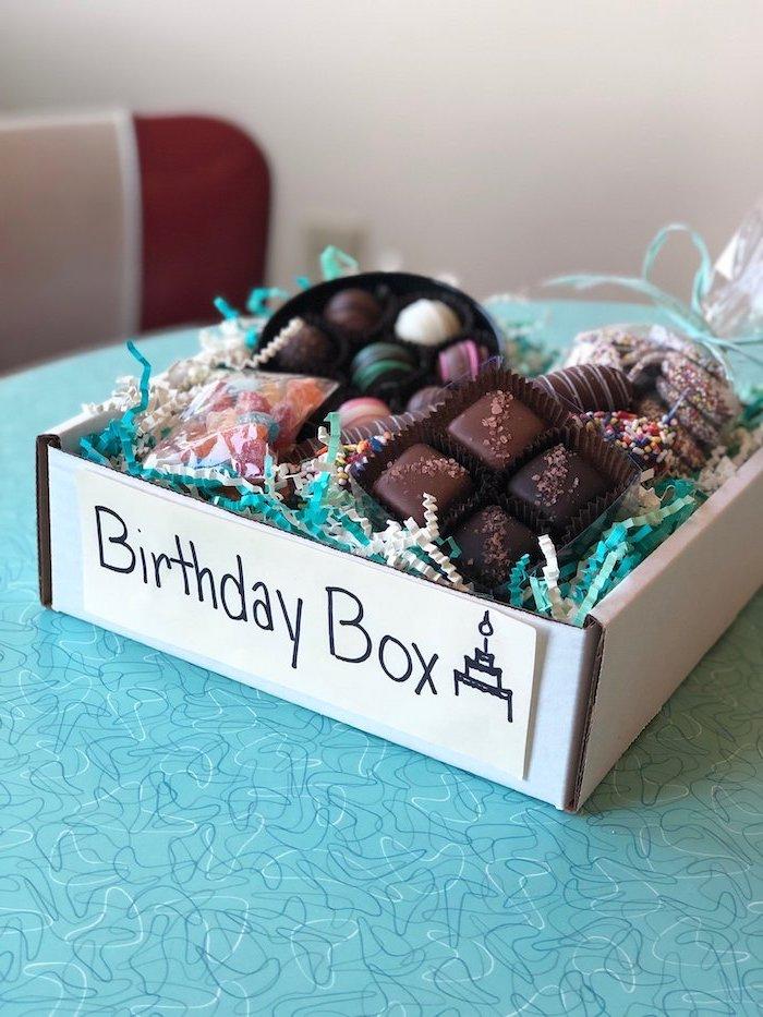 cadeau d anniversaire en confinement avec des bonbons de chocolat et des delices de toute sorte idee de cadeau d anniversaire