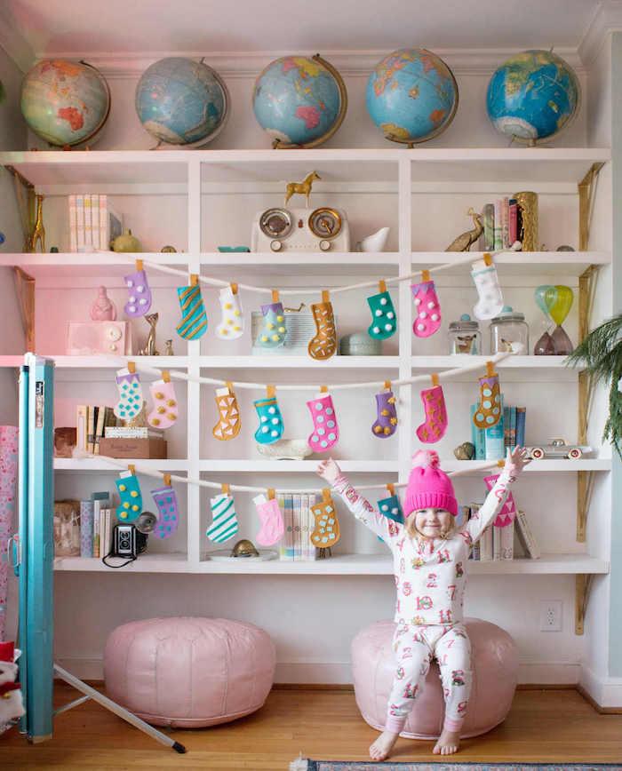 calendrier avent enfant avec des chaussons de feutrine à motifs cen feutrine colorés pour decorer une etagere blanche