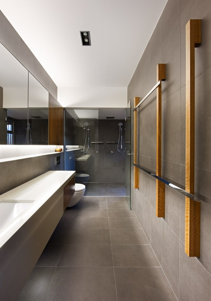 carrelage gris miroir rectangulaire éclairage led niche murale rangement salle de bain italienne petite surface