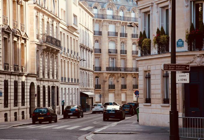 cartier parisien rues calmes voitures grands batiments appartement