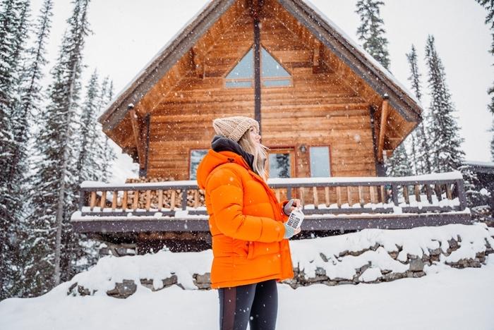 chalet bois cabane montagne enneigée belle image paysage nature sauvage fille vêtements noel bonnet crochet