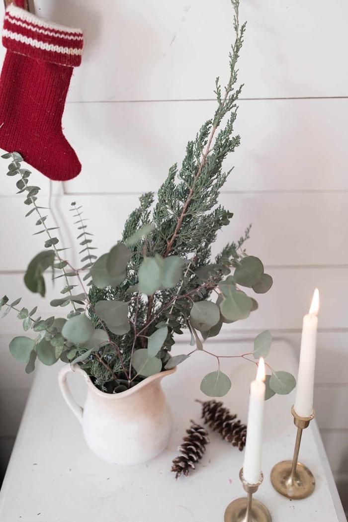 chaussette noel rouge et blanc bougeoir laiton bougies blanches deco de noel fait main pommes de pin bouquet vert