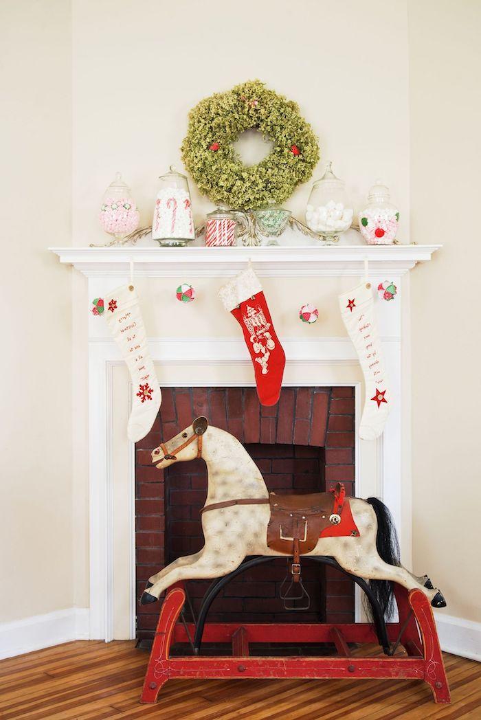 chéminée en carton pour noel idee de décoration avec des petits bonbons et des chausettes suspendus