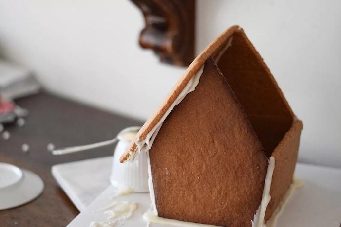 comment construir une maison en pain d épices le procès d assemblage des parties coller avec de glaçage
