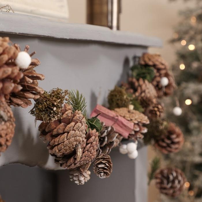 comment décorer cheminée noel guirlande pommes de pin diy pompons blancs décoration de noel fait maison