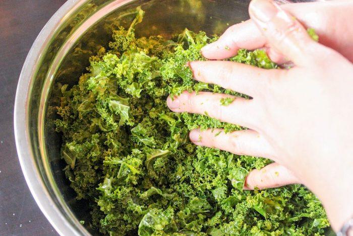 comment ecraser le chou frise avec mains pour une salade d hiver un bol en metal
