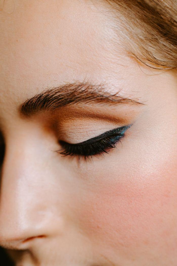 comment faire des yeux de chat idée maquillage eye liner étiré idée maquillage femme sensuel