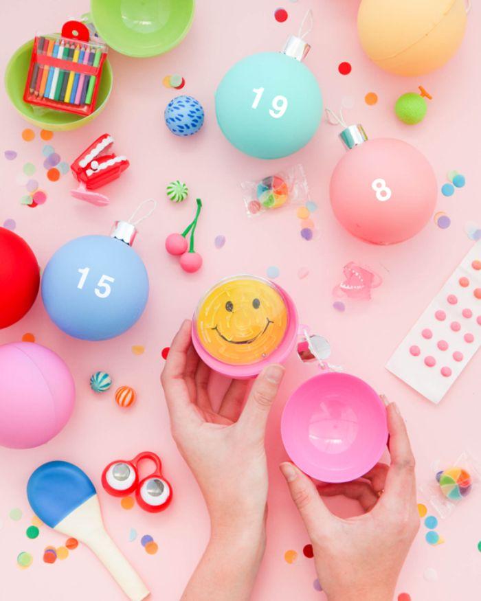 comment faire un calendrier de l avent facile à base de boules de noel transparentes colorées de peinture et décorées de chiffres avec surprises enfant