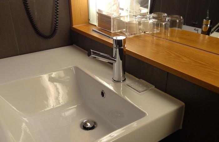 comment netoyer le lavabo dans votre salle de bain lavabo en blanc et grand miroir murale