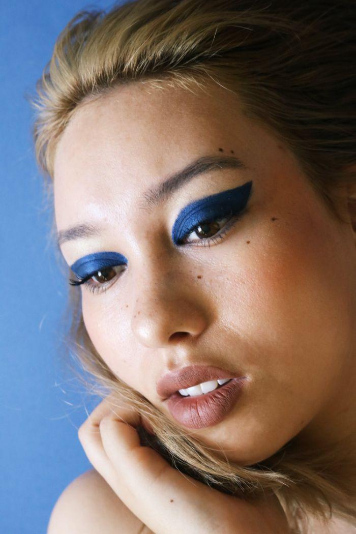 comment se maquiller les yeux de fards à paupières bleu foncé idée maquillage original tendance automne hiver