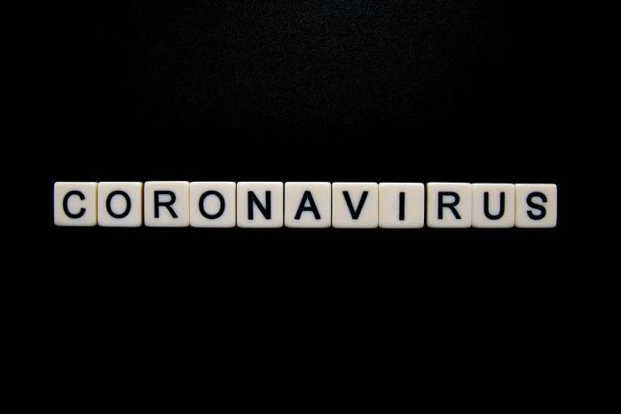 coronavirus lettres sur fond noir