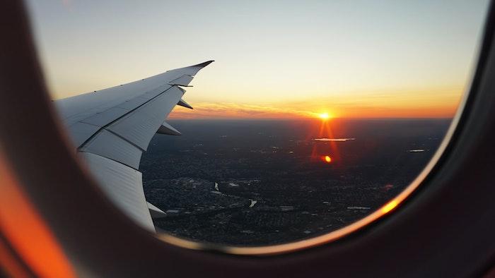 couche du soleil photograper par la fenetre d un avion
