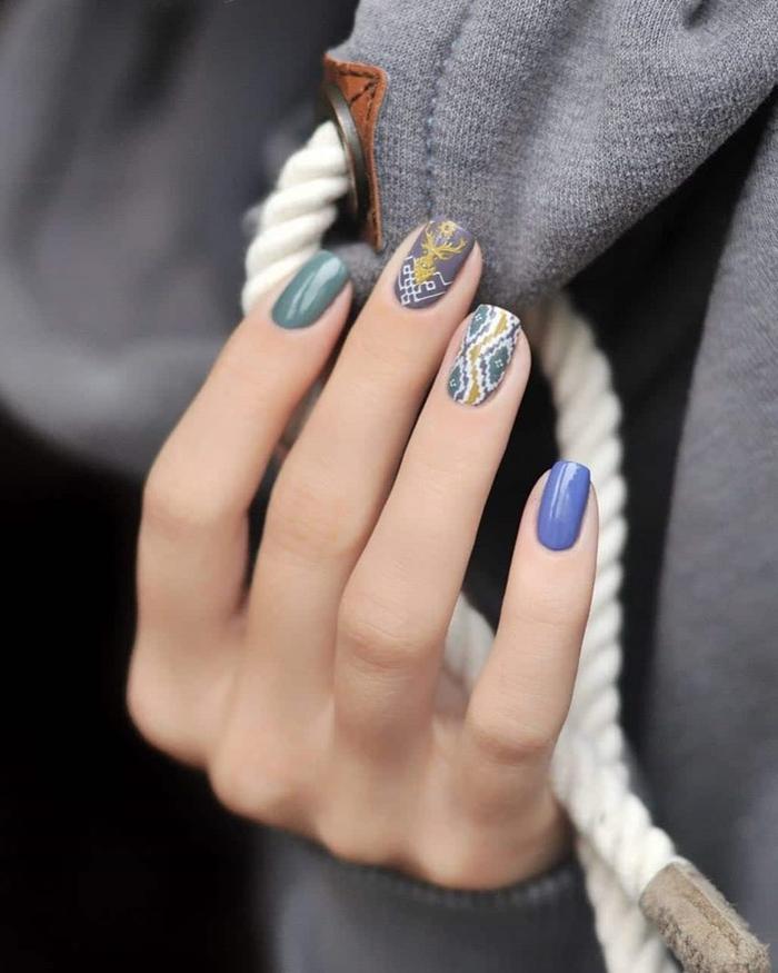 couleur vernis hiver nuance bleue décoration nail art motifs géométriques dessin sur ongles mix and match