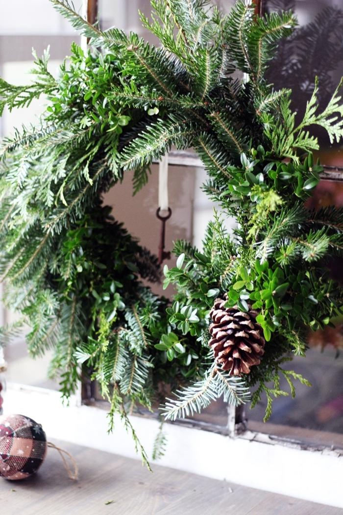 couronne de noel diy branches sapin decorations de noel a faire soi meme pommes de pin bricolage facile