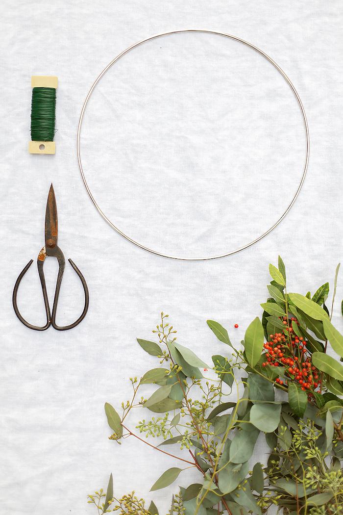 couronne de noel pour la porte d entree materiaux orgqniques idee deco noel exterieur naturel