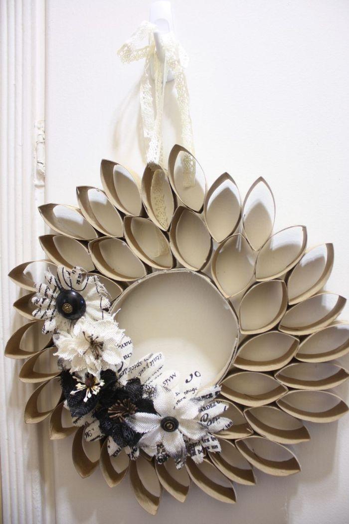 couronne de rouleau de papier toilette avec decoration de de fleurs diy activité avec rouleau de papiet toilette facile
