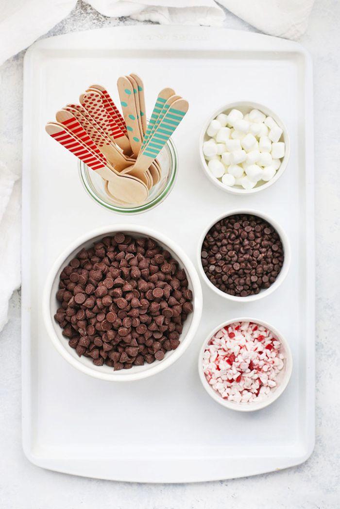 cuillères chocolat chaud maison aux pépites de chocolat bonbons menthe poivrée guimauves pour le topping