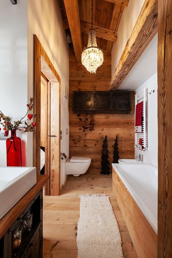déco petite salle de bain style rustique chalet montagne lustre cristaux tapis moelleux blanc planches bois murs