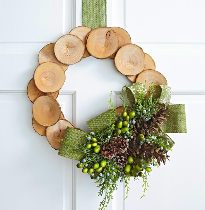 déco porte entrée diy couronne de noel rondelles bois branches vertes décoration de noel fait maison pommes de pin