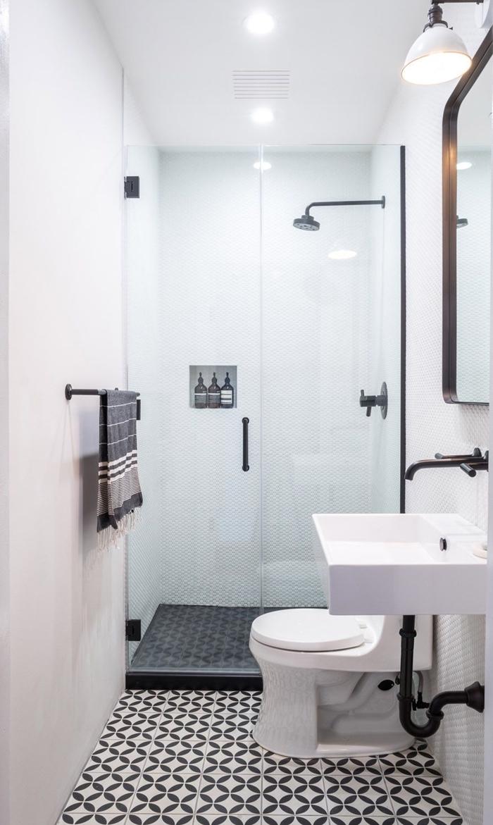 décoration blanc et bois style minimaliste séche serviette de bain spots led petite salle d eau carrelage blanc