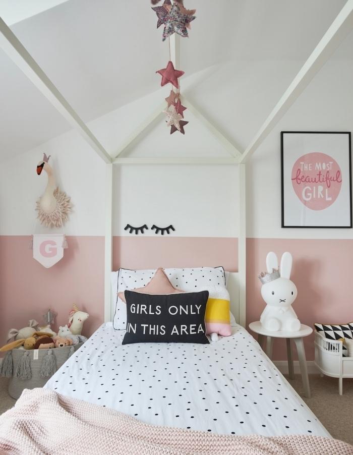 décoration chambre fille peinture mur chambre bicolore cadre de lit bois tête de lit table de chevet jouets peluche panier glands