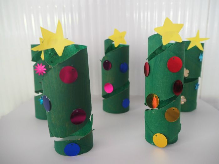 décoration de noel à fabriquer en papier sapin de noel en rouleau de papier toilette vert avec deco sequins et étoile en top de l arbre